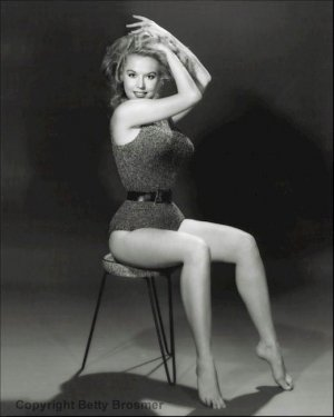 13900181 1228567670500474 7304236950911826381 n 300x375 - Эталон стиля и красоты 50-х годов прошлого века - Бетти Бросмер (Betty Brosmer).
