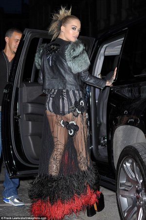Rita Ora flashes lingerie 02 300x450 - Рита Ора (Rita Ora) в эротическом белье на вручении премии MTV.