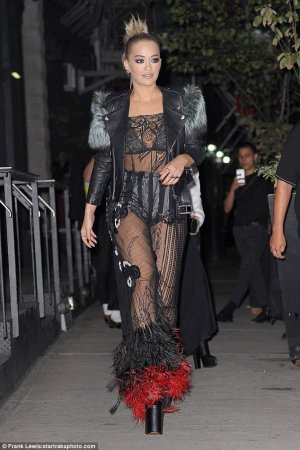 Rita Ora flashes lingerie 03 300x450 - Рита Ора (Rita Ora) в эротическом белье на вручении премии MTV.