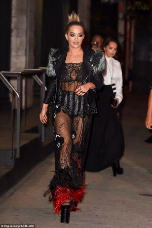 Rita Ora flashes lingerie 04 300x450 - Рита Ора (Rita Ora) в эротическом белье на вручении премии MTV.