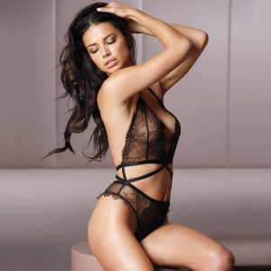 Adriana Lima 17 300x300 - Адриана Лима (Adriana Lima) в сексуальном белье