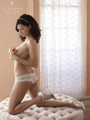 Adriana Lima 4 300x400 - Адриана Лима (Adriana Lima) в сексуальном белье