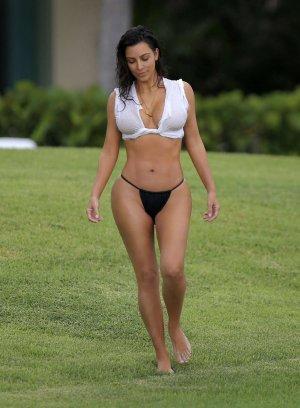 Kim Kardashian 19 300x408 - Ким Кардашьян (Kim Kardashian) - лицо и формы современного гламура.
