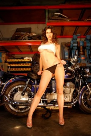 girls and moto 6 300x448 - Девушки в белье и мотоциклы: секс и драйв.