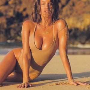 Katrina Brodsky 25 300x300 - Катрина Бродски - спортсменка, блогер и просто красотка в эротичном белье