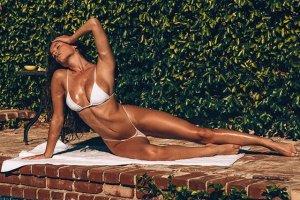 Katrina Brodsky 29 300x200 - Катрина Бродски - спортсменка, блогер и просто красотка в эротичном белье